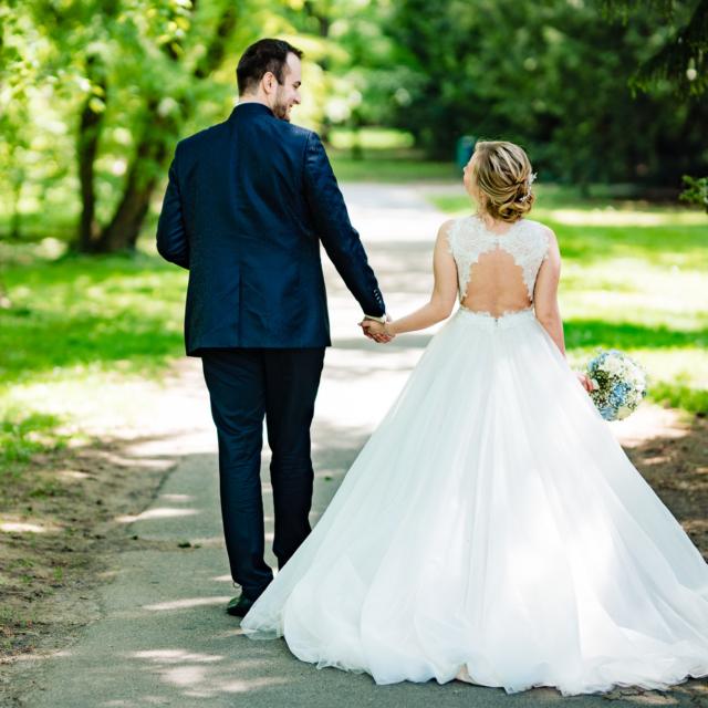 Hochzeitsfoto vom Brautpaar beim Spaziergang