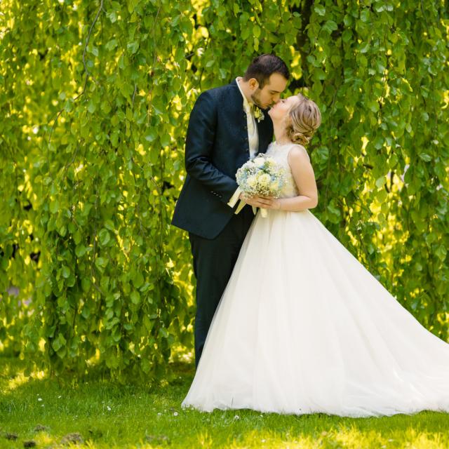 Hochzeitsfoto vom sich küssenden Brautpaar