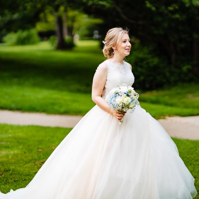 Foto zeigt die Braut mit Brautstrauß