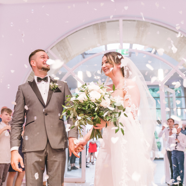 Hochzeitsfotografie vom Brautpaar beim Betreten des Saals