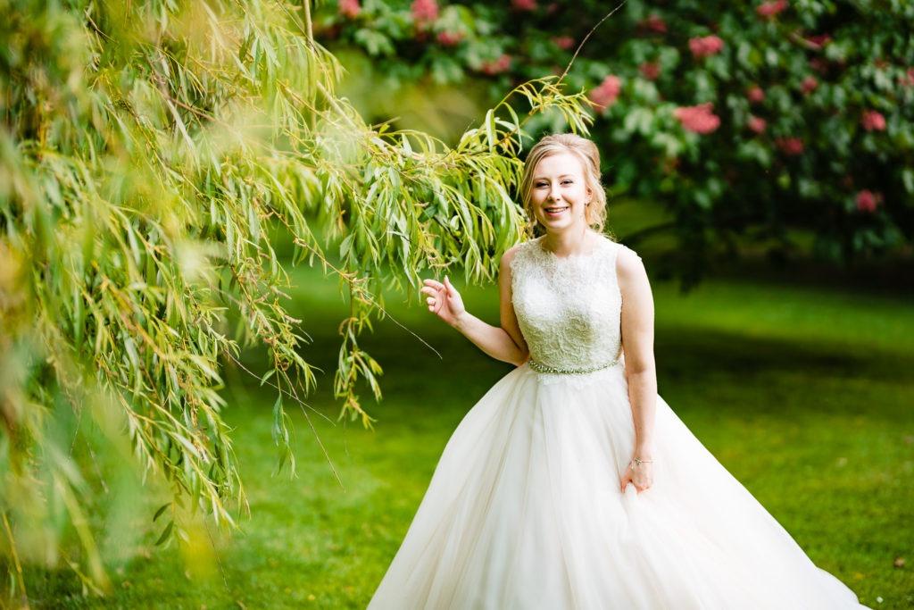 Hochzeitsbild der lachenden Braut im Park