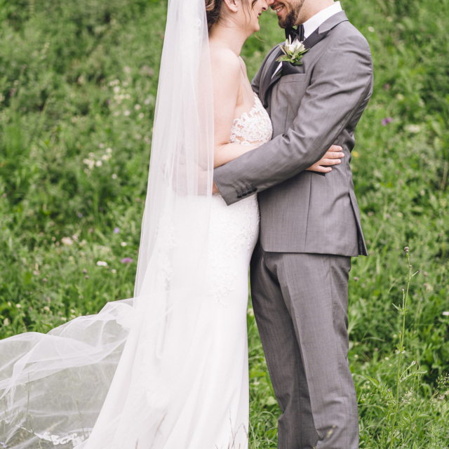 Bild zeigt das Brautpaar in inniger Umarmung