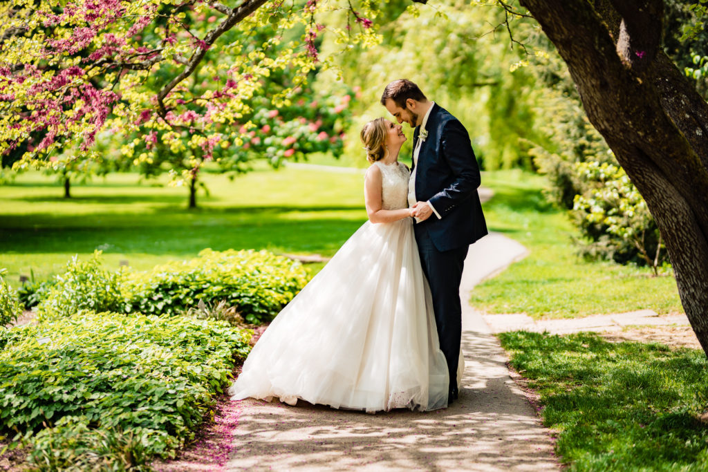 Hochzeitsofoto zeigt das Brautpaar unterm Baum