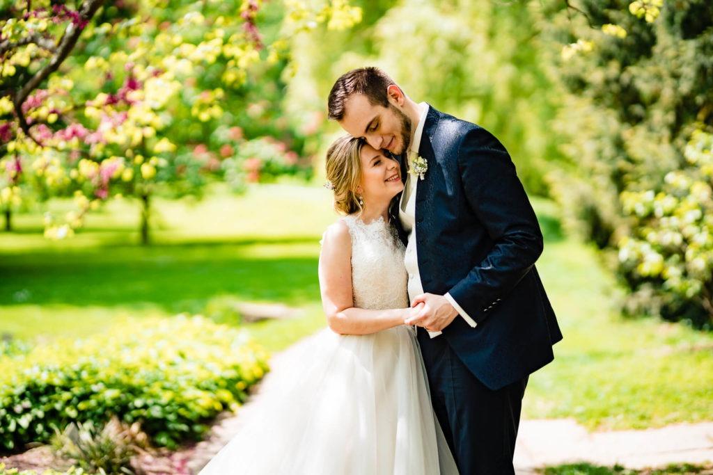 Hochzeitsfotografie vom Brautpaar in Umarmung