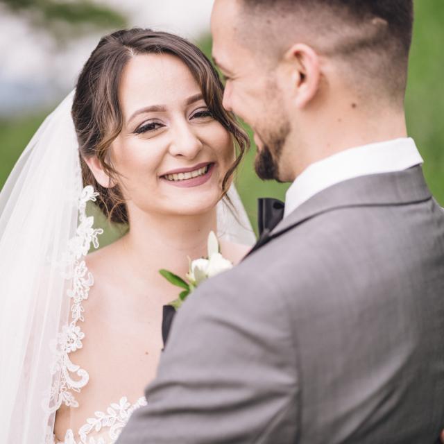 Hochzeitsfoto von der lachenden Braut