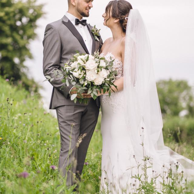 Hochzeitsbild vom Brautpaar mit Brautstrauß