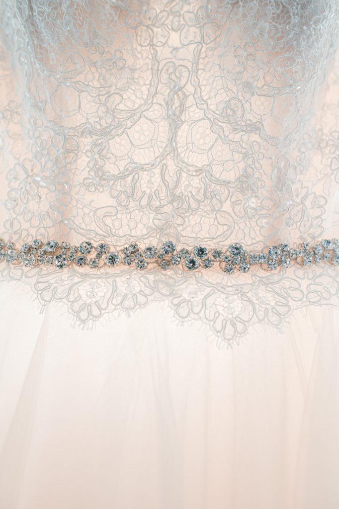 Bild zeigt Details des Brautkleids