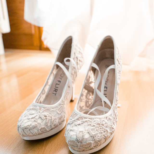 Hochzeitsbild zeigt die Brautschuhe