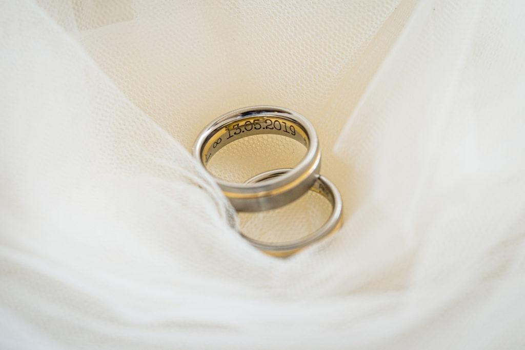 Hochzeitsfoto der Brautringe mit eingraviertem Hochzeitstag