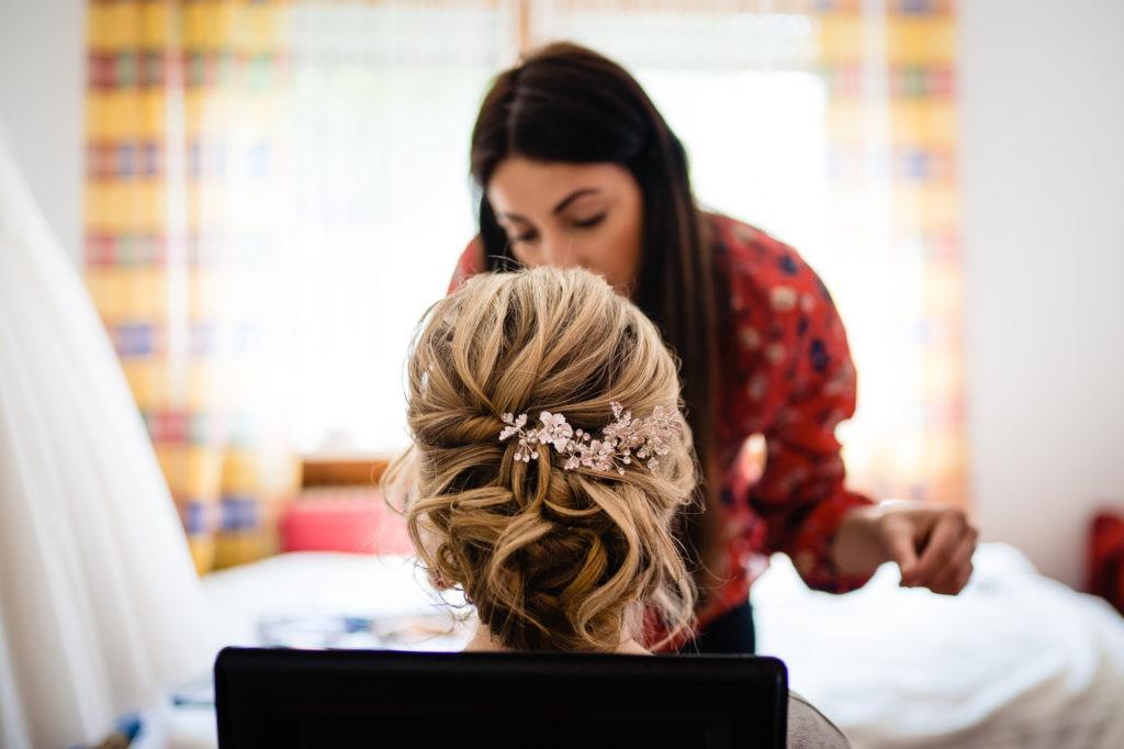 Foto zeigt Brautschmuck im Haar