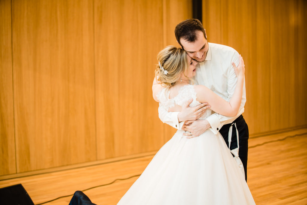 Detailfoto vom Brautpaar bei der Feier