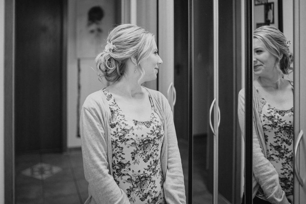 Hochzeitsbild zeigt glückliche Braut im Spiegel