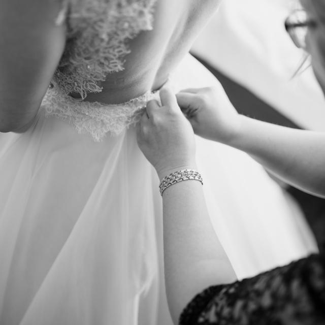 Detailaufnahme vom Rücken des Brautkleids