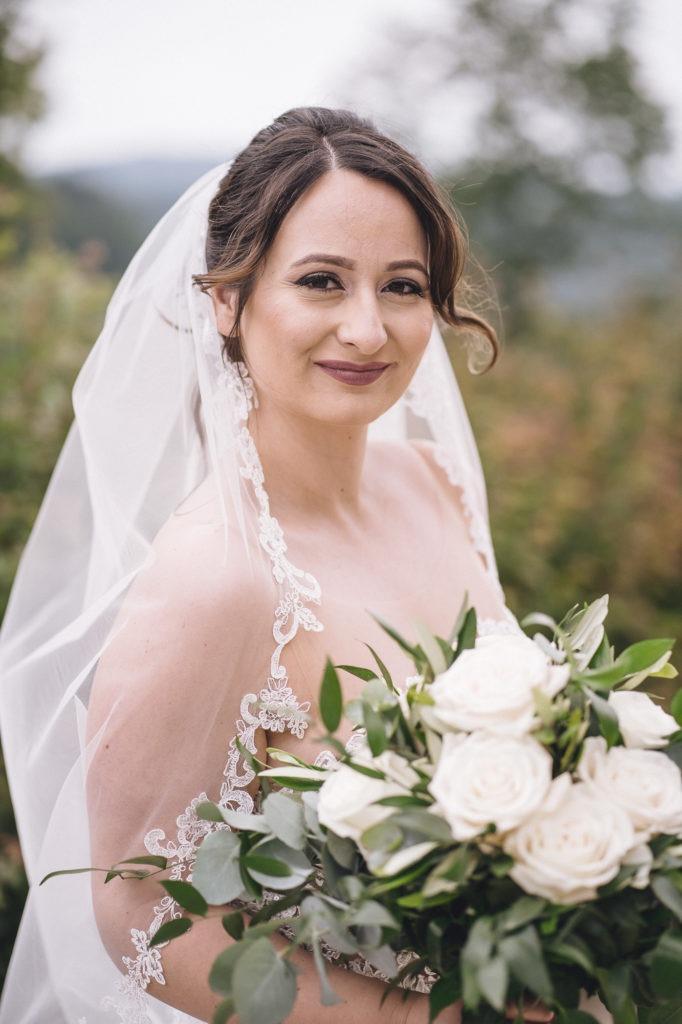 Hochzeitsbild von der Braut im Wind