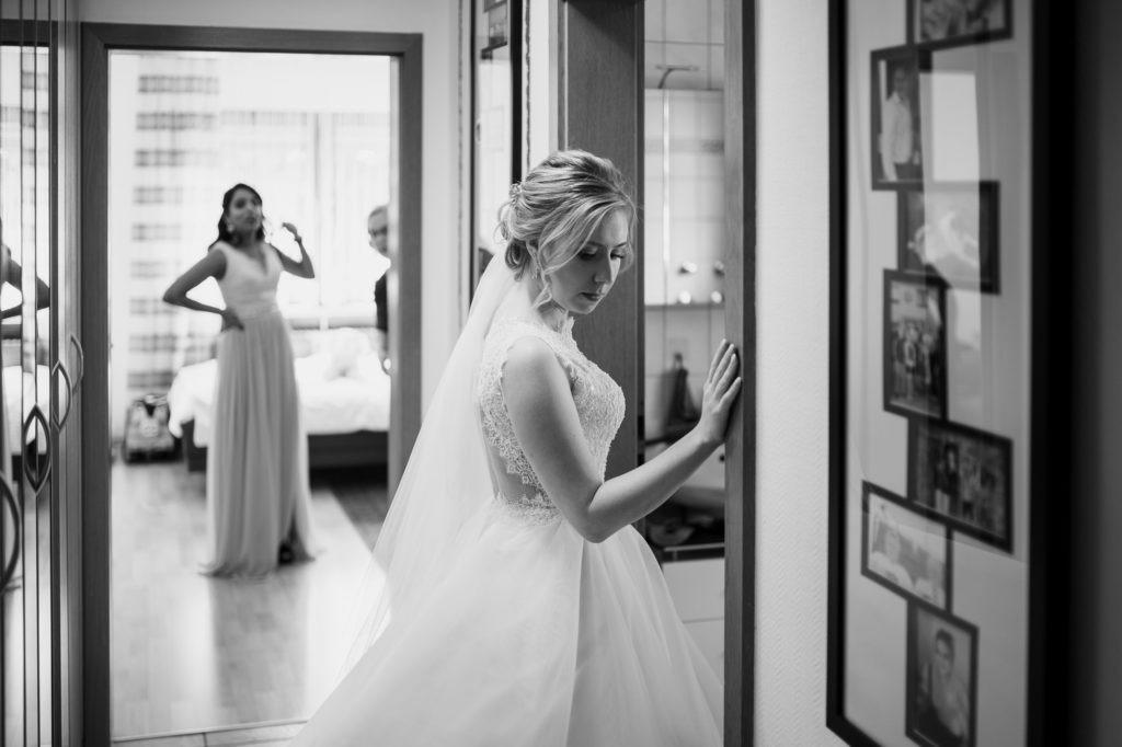 Bild zeigt die Braut vor der Tür