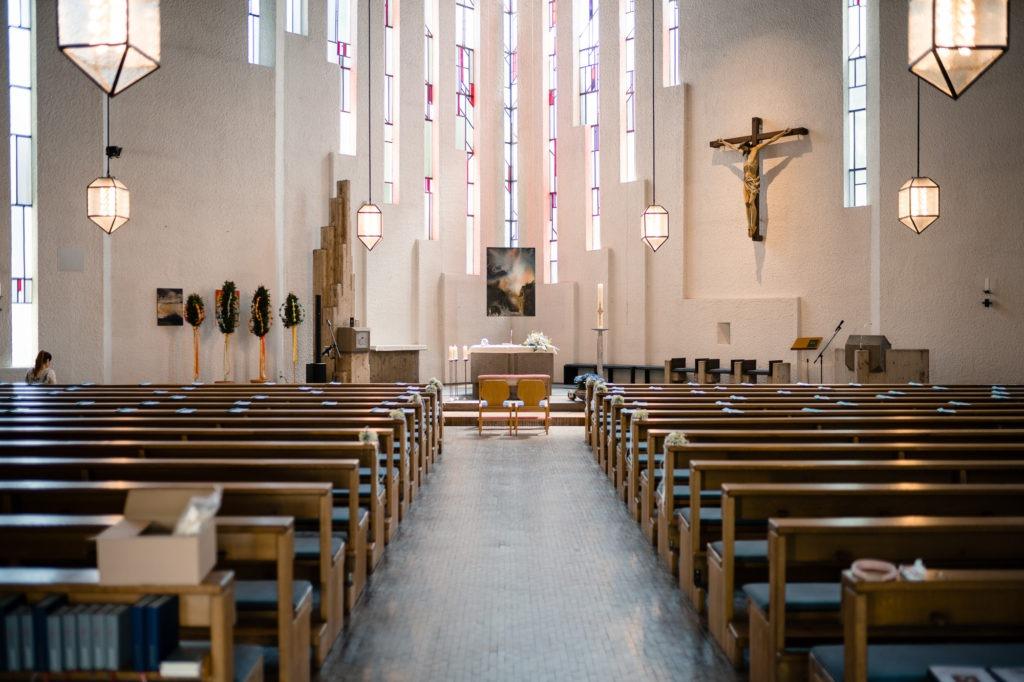 Hochzeitsbild von der leeren Kirche