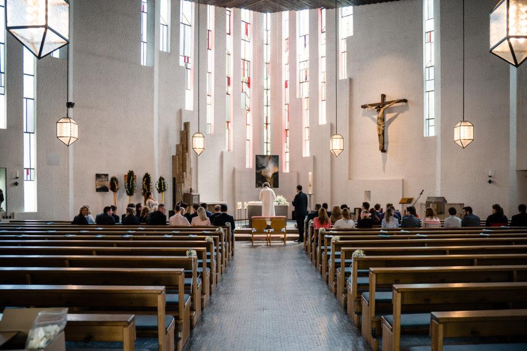 Hochzeitsfoto vom Kirchenraum mit Gästen