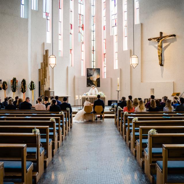 Hochzeitsfotografie vom Brautpaar in der Kirche