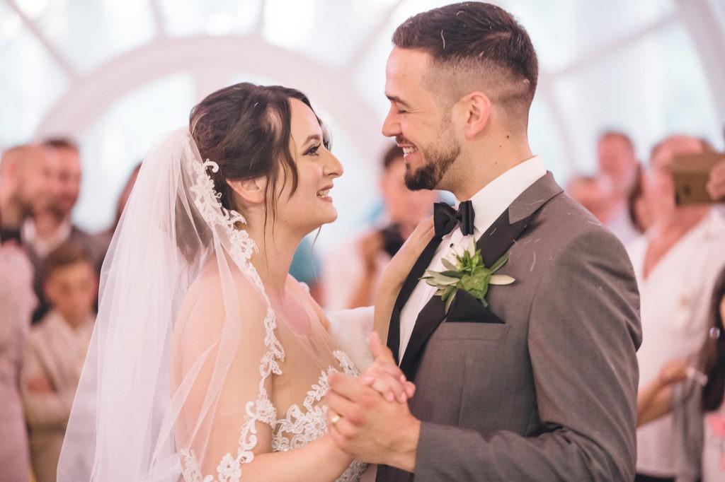 Bild zeigt das Brautpaar beim ersten Tanz