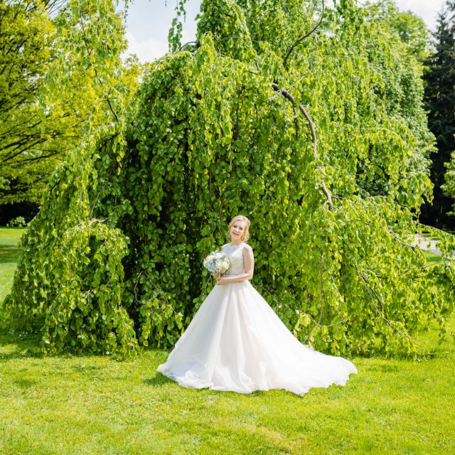 Hochzeitsbild der Braut im Park