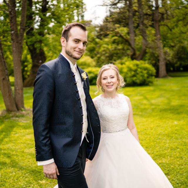 Hochzeitsfoto vom Brautpaar das in die Kamera schaut