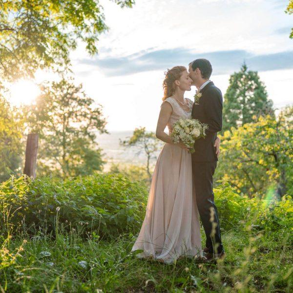 Hochzeitsfoto zeigt Brautpaar beim Sonnenutntergang